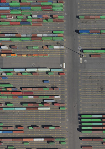 Aerial view of multi colored cargo containers at commercial dockの写真素材 [FYI04322941]
