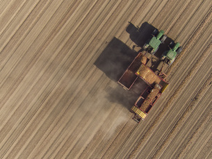Directly above view of combine harvester in fieldの写真素材 [FYI04322972]