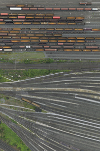 Aerial view of freight train carriages and tracks, North Rhine-Westphalia, Germanyの写真素材 [FYI04322985]