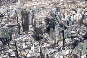 Aerial view of financial district and city, London, England, UKの写真素材 [FYI04322993]