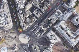 Directly above view of traffic circle amongst buildings, London, England, UKの写真素材 [FYI04323001]
