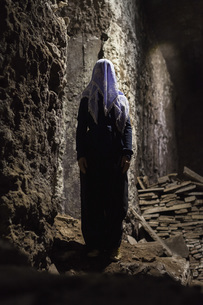 Full length of woman with obscured face standing in caveの写真素材 [FYI04323081]