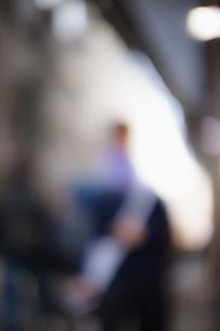 Defocused image of person standing outdoorsの写真素材 [FYI04323088]
