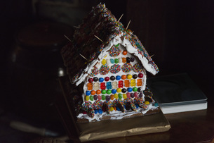 Close-up of gingerbread house on tableの写真素材 [FYI04323122]
