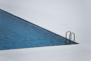 High angle view of swimming pool on snow covered fieldの写真素材 [FYI04323132]