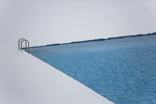 High angle view of swimming pool on snowy fieldの写真素材 [FYI04323135]