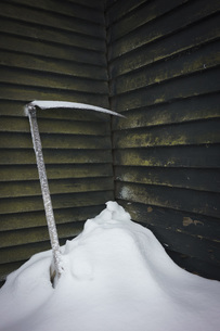 Ice axe in snow against wallの写真素材 [FYI04323143]