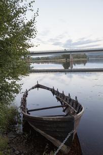 Rowboat sinking in lake against skyの写真素材 [FYI04323190]