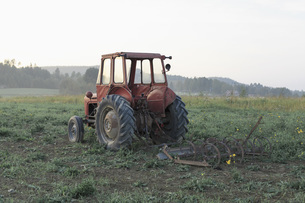 Abandoned tractor on field against clear skyの写真素材 [FYI04323196]