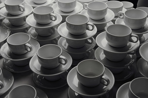 Stacks of coffee cups and saucersの写真素材 [FYI04323208]
