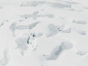 Aerial view of snow covered mountainsの写真素材 [FYI04323212]