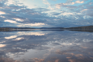 Idyllic view of lake against cloudy sky, Jarvso, Halsingland, Swedenの写真素材 [FYI04323247]