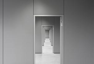 Empty corridor passing through doorways at officeの写真素材 [FYI04323301]