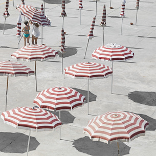 High angle view of parasols at beach during summerの写真素材 [FYI04323303]