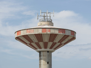 Low angle detail view of water tower against skyの写真素材 [FYI04323305]
