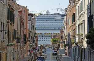 Huge cruise ship seen from canal in city, Venice, Veneto, Italyの写真素材 [FYI04323308]