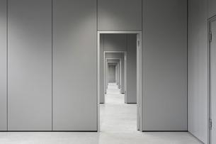 Empty corridor passing through doorways at officeの写真素材 [FYI04323314]