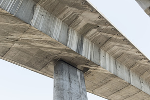 Low angle view of viaduct against skyの写真素材 [FYI04323316]