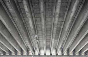 Low angle view of bridgeの写真素材 [FYI04323319]