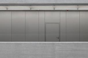 Closed door on metallic wall in officeの写真素材 [FYI04323322]