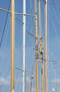 Low angle detail view of mast against blue skyの写真素材 [FYI04323323]