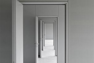 Empty corridor passing through doorways at officeの写真素材 [FYI04323327]