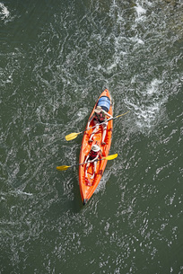 Directly above shot of woman and child rowing kayak in waterの写真素材 [FYI04323331]