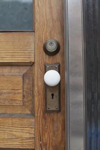 Close-up of closed wooden doorの写真素材 [FYI04323341]