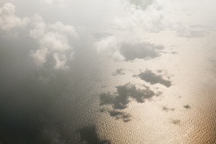 Aerial view of clouds over seascapeの写真素材 [FYI04323365]