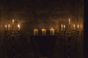 Candles burning against stone wallの写真素材 [FYI04323366]
