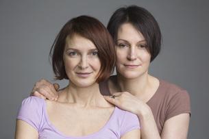Portrait of confident mature women against gray backgroundの写真素材 [FYI04323398]