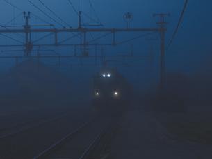 Train on railroad tracks in foggy weatherの写真素材 [FYI04323429]