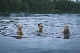 Happy friends enjoying in lakeの写真素材 [FYI04323453]