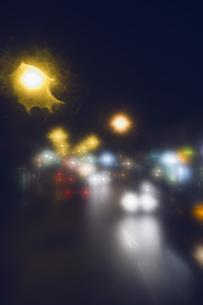 Defocused image of cars on city street at nightの写真素材 [FYI04323471]