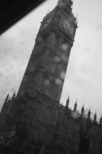 Low angle view of Big Ben seen through vehicle window, London, England, UKの写真素材 [FYI04323473]