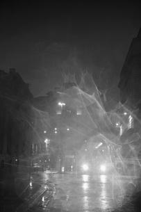 Bus on city street at nightの写真素材 [FYI04323476]
