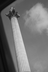 Low angle view through vehicle window of Nelson's Column against sky, London, England, UKの写真素材 [FYI04323477]
