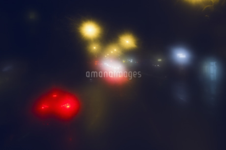 Defocused image of cars on city street at nightの写真素材 [FYI04323478]