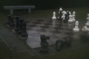 Large chess pieces on board at parkの写真素材 [FYI04323480]