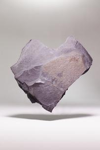 Heart shape stone levitating over white backgroundの写真素材 [FYI04323500]