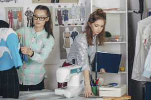 Beautiful assistant by female designer working at studioの写真素材 [FYI04323569]