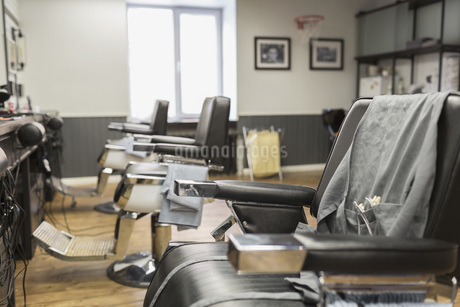 Row of empty chairs at barber shopの写真素材 [FYI04323575]