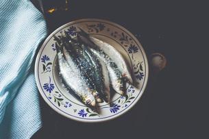 Still life fresh salted, whole sardines on plateの写真素材 [FYI04323761]