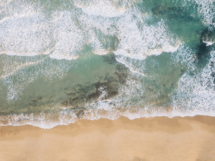 Aerial view from above ocean beach, West Coast, Lisbon, Portugalの写真素材 [FYI04323762]