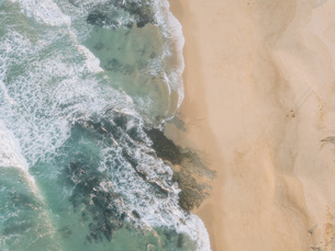 Aerial view from above ocean beach, West Coast, Lisbon, Portugalの写真素材 [FYI04323767]