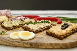 Healthy appetizers on wooden boardの写真素材 [FYI04323777]