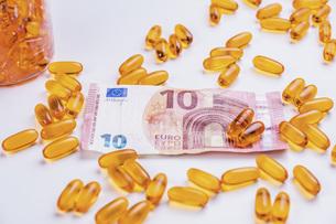 Medicine capsules and ten Euro banknoteの写真素材 [FYI04323793]