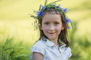 Portrait smiling girl with flowers in hairの写真素材 [FYI04323831]
