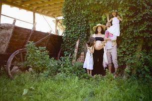 Portrait pregnant family in rural gardenの写真素材 [FYI04323866]