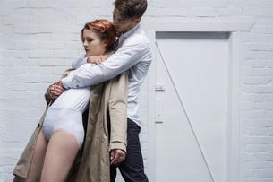 Modern dancer couples performingの写真素材 [FYI04323891]